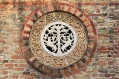 Dekorativ rosett i stenen av den Pomposa abbotskloster Arkivbild