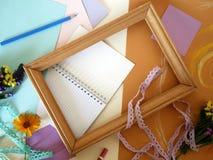 Dekorativ sammansättning av hand-tillverkade objekt på guling tonat papper som klistras med pastell arkivfoto