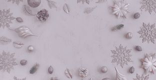 Dekorativ sammansättning för banerjul av leksaker på en vit bakgrundssurrealismdefocus Arkivbilder