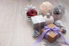 Dekorativ sammansättning slågen in gåva för jul Arkivfoton