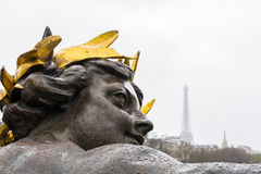 Dekorativ skulptur på den Alexander bron i Paris på en regnig höstdag Arkivbilder