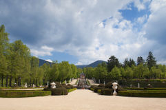 Dekorativ springbrunn och trädgårdar i den kungliga slotten, Spanien Arkivfoton