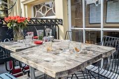 Dekorativ tabell i en gatarestaurang Arkivbild