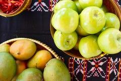 Dekorativ tabell med frukt och spioner arkivbild