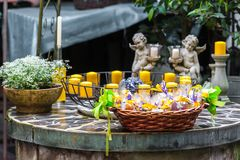 Dekorativ tabell med stearinljus och blommor arkivbilder