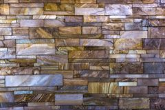 Dekorativ tegelstenvägg från konkreta belägen mitt emot tegelplattor som bakgrund eller textur Arkivbild