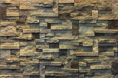 Dekorativ tegelstenvägg från konkreta belägen mitt emot tegelplattor som bakgrund eller textur Royaltyfri Bild