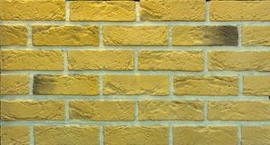 Dekorativ tegelstenvägg från konkreta belägen mitt emot tegelplattor som bakgrund eller textur Royaltyfria Bilder