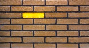Dekorativ tegelstenvägg från konkreta belägen mitt emot tegelplattor som bakgrund eller textur Royaltyfri Fotografi