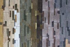 Dekorativ tegelstenvägg från konkreta belägen mitt emot tegelplattor som bakgrund eller textur Royaltyfri Foto