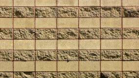 Dekorativ tegelstenvägg från konkreta belägen mitt emot tegelplattor som bakgrund eller textur Royaltyfria Foton