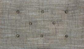 Dekorativ textilbakgrund med textur för chesterfieldsoffa för lagledare-typ screedcapitone Beige vadderad chesterfieldsoffastil royaltyfri bild