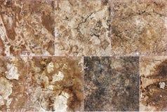 Dekorativ texturerad bakgrundsvägg av marmortegelplattor Arkivfoto