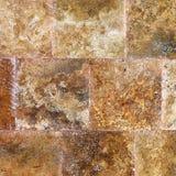 Dekorativ texturerad bakgrundsvägg av marmortegelplattor Royaltyfria Bilder