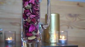 Dekorativ torr rosa bladultrarapid faller ner in i exponeringsglaset lager videofilmer