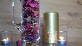 Dekorativ torr rosa bladultrarapid faller ner in i exponeringsglaset arkivfilmer