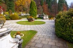 Dekorativ trädgård för Peles slott, Sinaia, Rumänien Gränsmärke av bilen Royaltyfri Foto