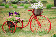 Dekorativ trädgård för tappningmodellOld Bicycle In blommor royaltyfria foton
