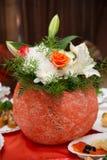 Dekorativ vas med blommor Arkivbilder