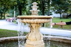 Dekorativ vattenspringbrunn i en parkera med löpare arkivbilder