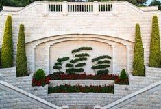 Dekorativ verzierte Wand nahe dem Tor des oberen Eingangs zum Bahai-Garten auf der Straße Yefe Nof in Haifa stockbilder