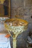 Dekorativ verzierter Platz für das Beleuchten von Kerzen in der griechischen katholischen Kirche in MI-` ilya in Israel Stockbild