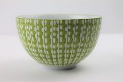 Dekorativ vit exponeringsglasbunke f?r gr?splan och p? en isolerad vit bakgrund arkivbilder