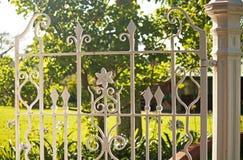 DEKORATIV VIT JUBILEUMPORT MED IRONWORKEN I DURBAN BOTANISKA TRÄDGÅRDAR MED TRÄDGÅRDARNA I BAKGRUNDEN royaltyfria bilder