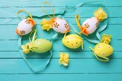 Dekorativa ägg och blommor för påskferie Royaltyfri Bild