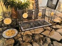 Dekorativa bänk och stolar för smidesjärn royaltyfri foto