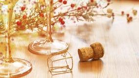 Dekorativa bakgrund, Champagnekork och exponeringsglas på en trätabell Royaltyfri Fotografi