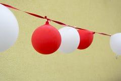 Dekorativa ballonger och band för att gifta sig Arkivfoton