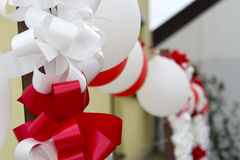 Dekorativa ballonger och band för att gifta sig Arkivfoto