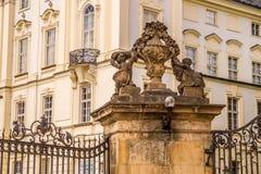 Dekorativa beståndsdelar av fasaden av en regerings- byggnad i Prague, Tjeckien Arkivfoton