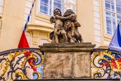 Dekorativa beståndsdelar av fasaden av en regerings- byggnad i Prague, Tjeckien Royaltyfria Bilder