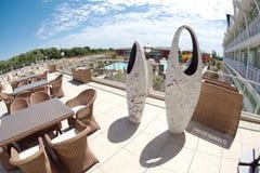 Dekorativa blomkrukor på restaurang`en s öppnar terrassen i ettstjärna hotell i bulgaren Kranevo Arkivfoto