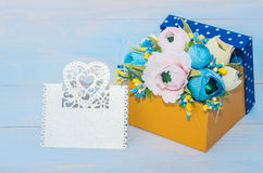 Dekorativa blommor i en gåvaask Royaltyfri Bild