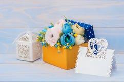 Dekorativa blommor i en gåvaask Royaltyfria Bilder