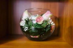 Dekorativa blommor i en glass vas Royaltyfria Foton