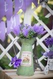 Dekorativa blommor i en plast- blomkruka royaltyfri foto