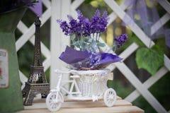 Dekorativa blommor i en plast- blomkruka arkivfoto