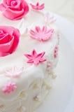 Dekorativa blommor på en kaka Royaltyfria Bilder