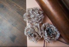 Dekorativa blommor på pastellpapper Arkivfoton