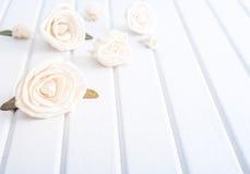 Dekorativa blommor på tabellen Royaltyfria Foton