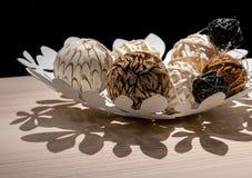 Dekorativa bollar för träväv i den vita dekorativa maträtten Royaltyfria Foton