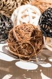 Dekorativa bollar för träväv i den vita dekorativa maträtten Arkivbild