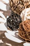 Dekorativa bollar för träväv i den vita dekorativa maträtten Arkivbilder
