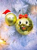 Dekorativa bollar på den vita julgranen Arkivbild