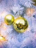 Dekorativa bollar på den vita julgranen Royaltyfri Bild
