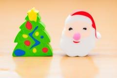 Dekorativa dockor för jul av gran-trädet och Santa Claus Arkivfoton